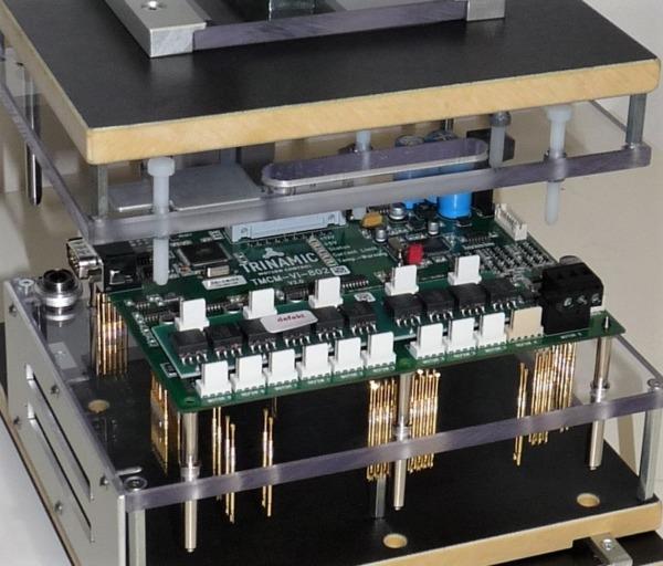 Leiterplattentest (PCB-Test): PCB kurz vor der Kontaktierung mit einem Nadelbettadapter